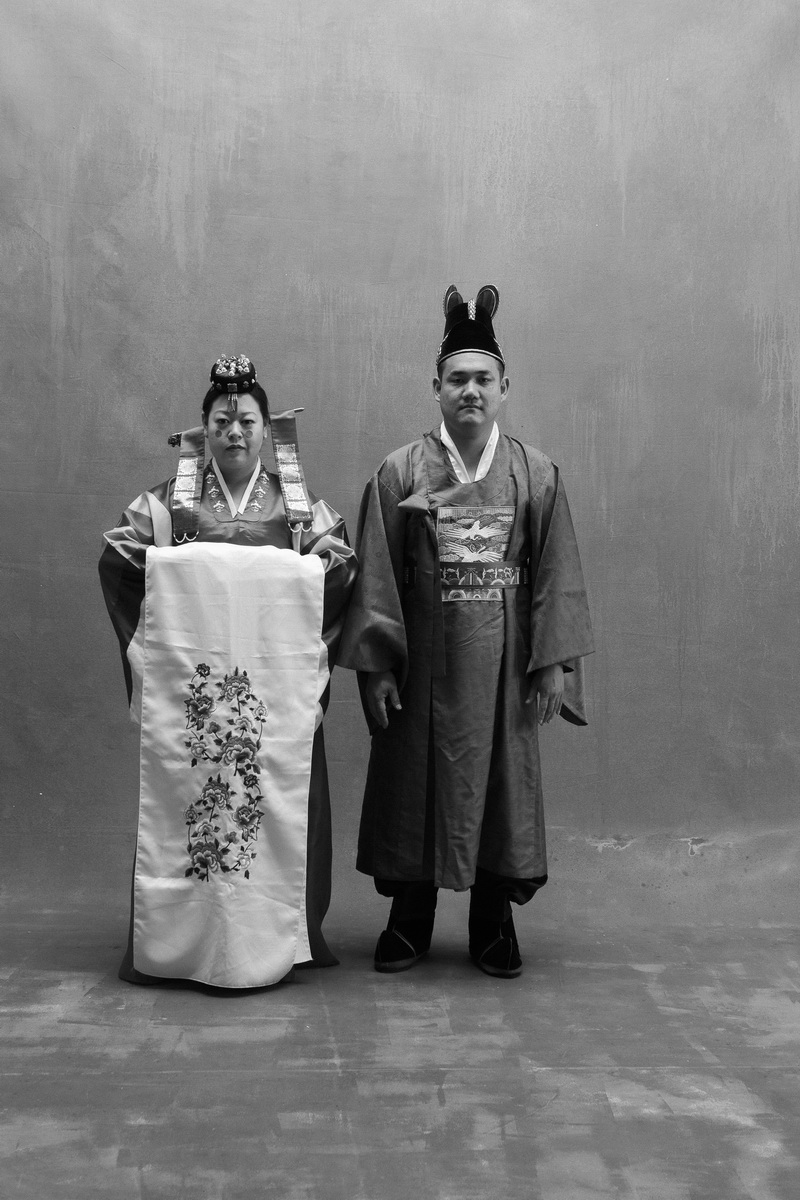 studio-engagement-photography-traditional-korean-wedding-attire-01