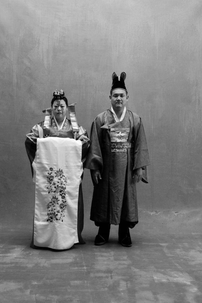 studio-engagement-photography-traditional-korean-wedding-attire-01