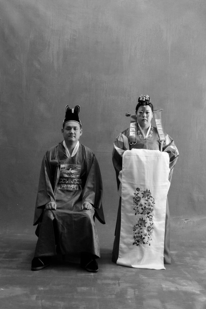 studio-engagement-photography-traditional-korean-wedding-attire-02