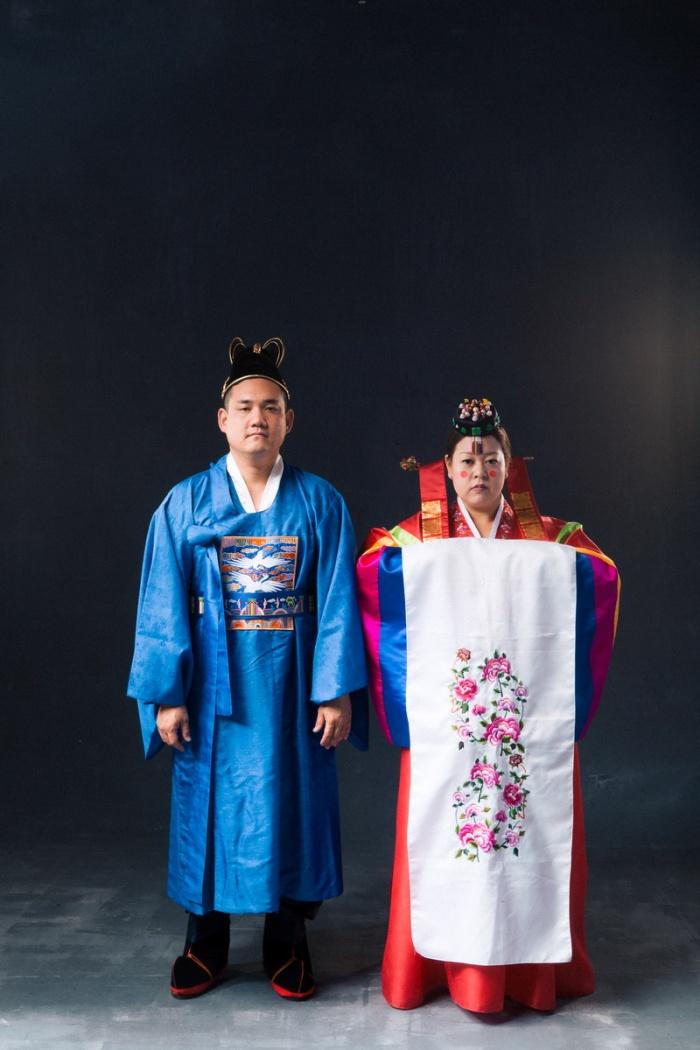 studio-engagement-photography-traditional-korean-wedding-attire-03