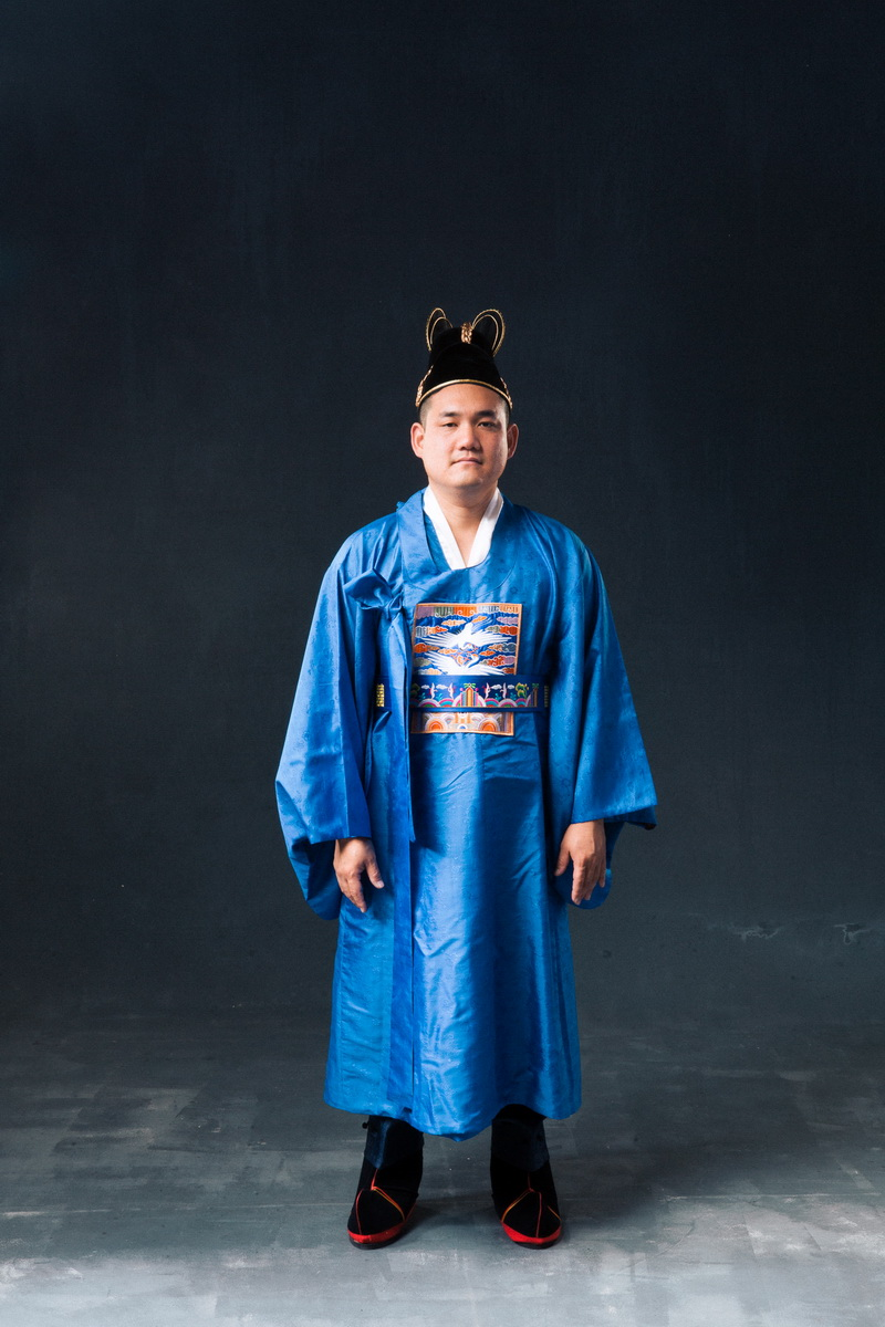 studio-engagement-photography-traditional-korean-wedding-attire-05