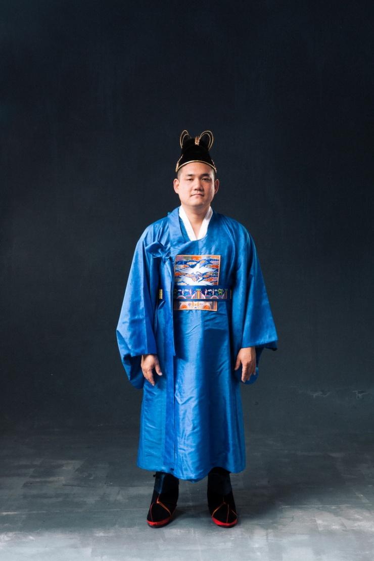 studio-engagement-photography-traditional-korean-wedding-attire-05