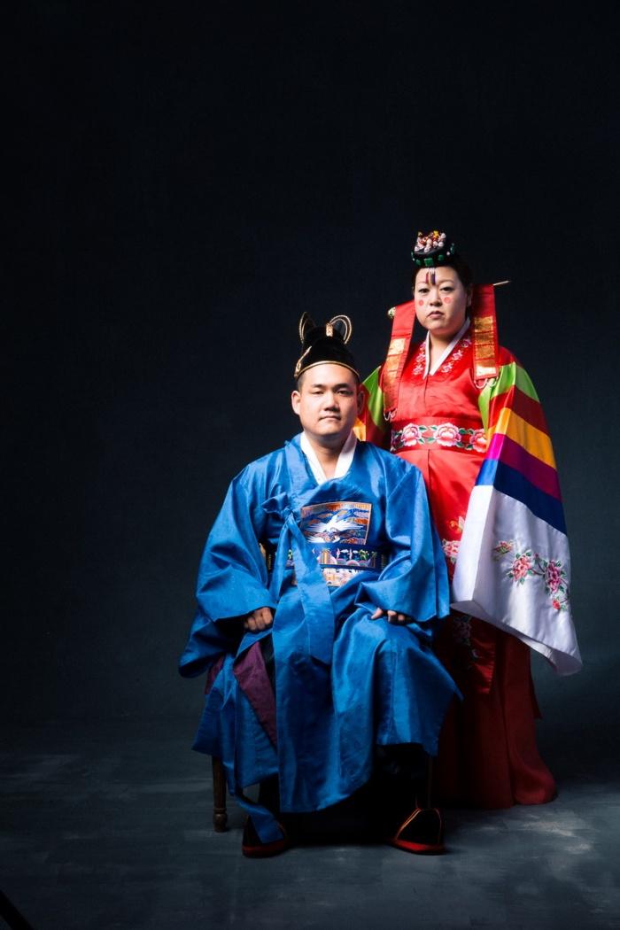 studio-engagement-photography-traditional-korean-wedding-attire-09